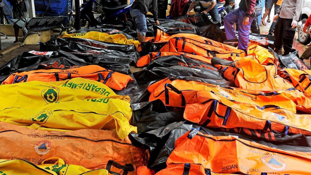 Las autoridades indonesias han impovisado 'morgues' en Carita.