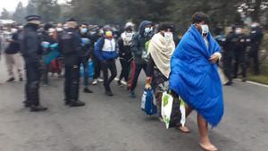 La policía francesa conduce este martes a un grupo de migrantes en el desalojo del campo de Calais.