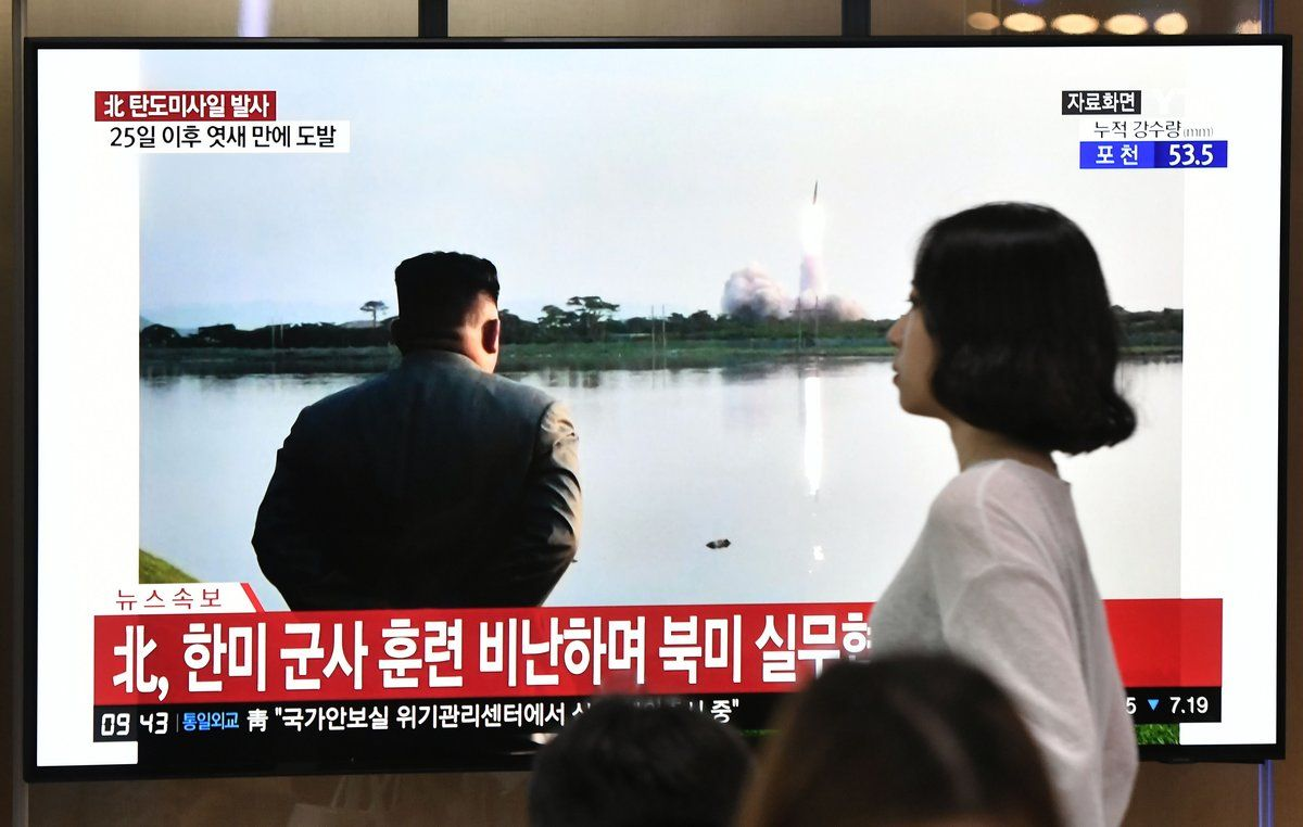 Kim Jong-un, el líder de Corea del Norte, supervisa el lanzamiento de nuevos misiles.