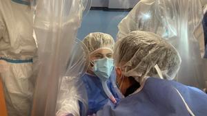 Sara Pennacchini habla con su madre a través de la pantalla protectora instalada en el hospital Castelli ASL Roma 6.