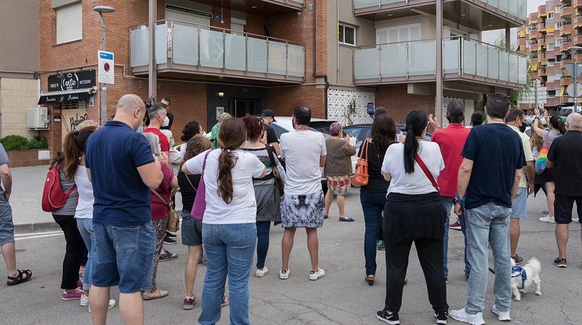 Vecinos de Premià de Mar se manifiestan delante de un bloque de pisos donde a mediados de junio se produjeron ataques contra jóvenes ocupas, el 26 de junio.