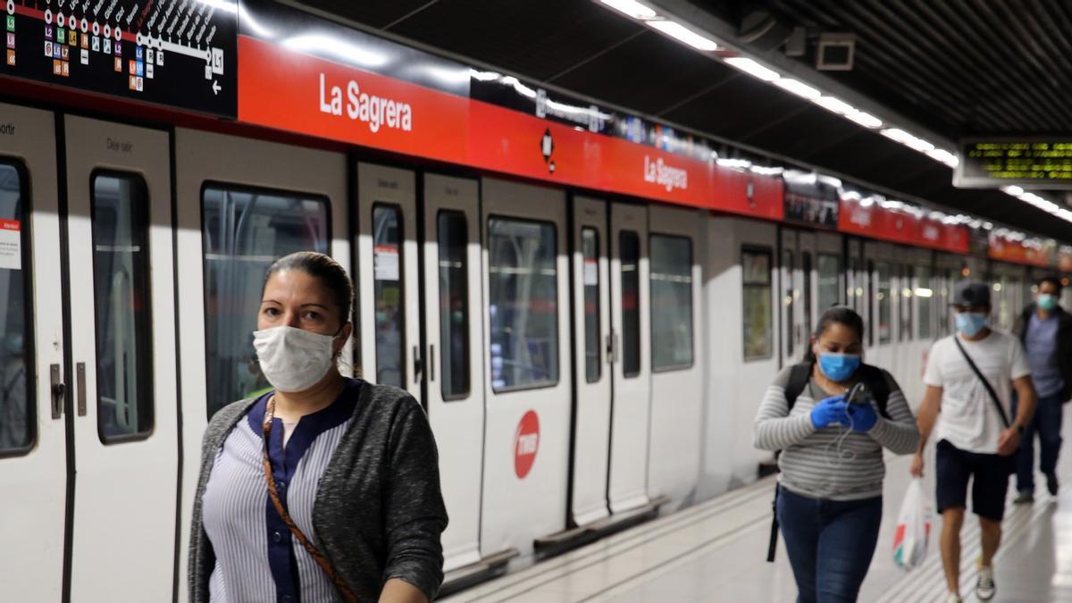 Pasajeros del metro de Barcelona, con mascarillas, en la estación de la Sagrera, en mayo del año pasado.
