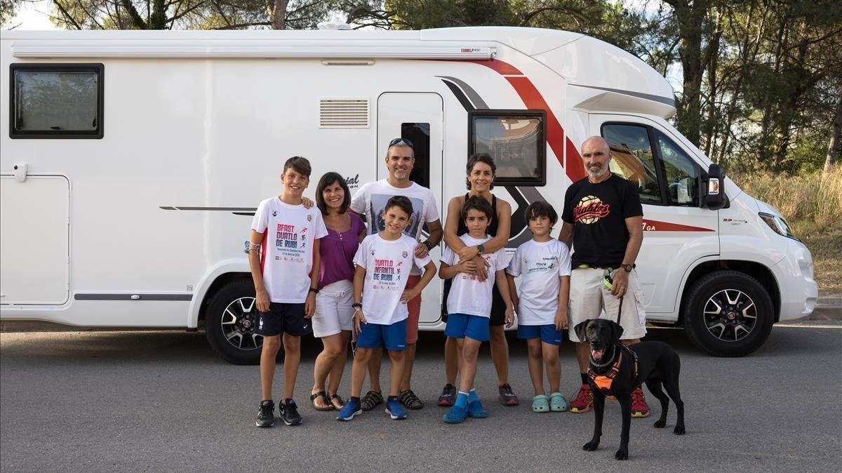 Las familias Pina y Torres, justo antes de irse de excursión en autocaravana.