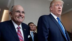 Rudolph Giuliani, exalcalde de Nueva York, con el presidente Donald Trump, en una imagen del 2016.