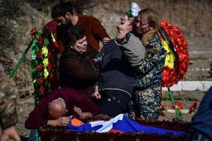 Una madre llora sobre el ataúd con el cuerpo de su compañero hijo en Stepanakert durante los combates por la región separatista de Nagorno-Karabaj.