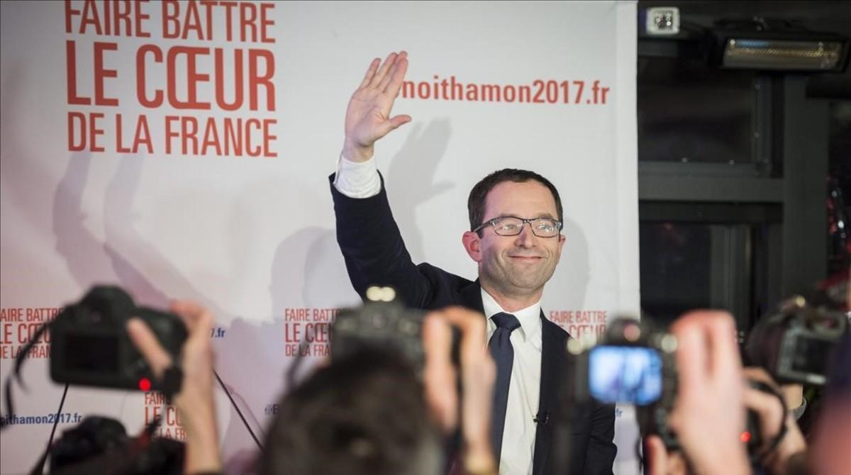 Benoit Hamon saluda a sus seguidores tras ganar la primera vuelta de las primarias de los socialistas franceses.