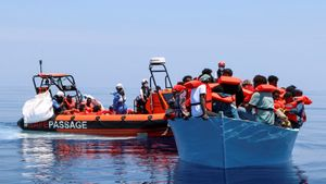 Les més de 400 persones rescatades pel barco de Metges sense Fronteres desembarquen a Sicília