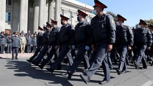 Soldados de Kirguistán desfilan ante las protestas.