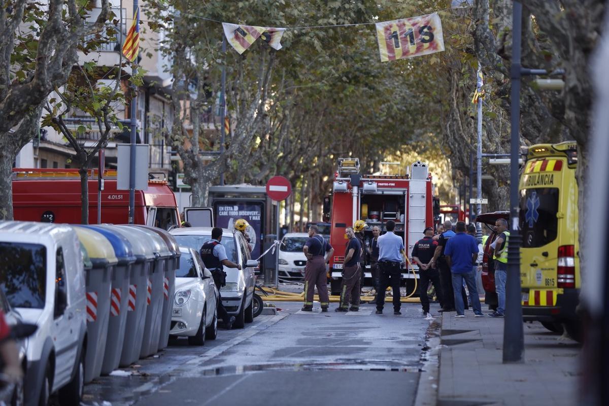 La Gran Via de Premià, a la altura de la calle Elisenda de Montcada, acordonada por los servicios de emergencia.