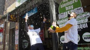 Administración de lotería en O Porrino (Pontevedra), donde se han vendido el primer y el tercer premio de la Lotería del Niño.