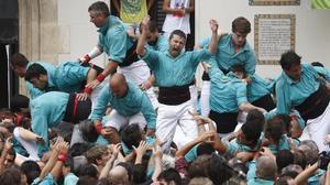 Los Castellers de Vilafranca descargan el 'quatre de deu amb folre i manilles' en la plaza de la Vila de Vilafranca.