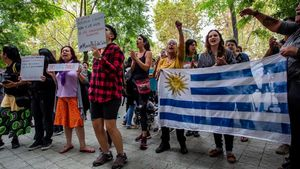 Concentración a favor de Maríaen la puerta del edificio donde está el consulado de Uruguay, este viernes.