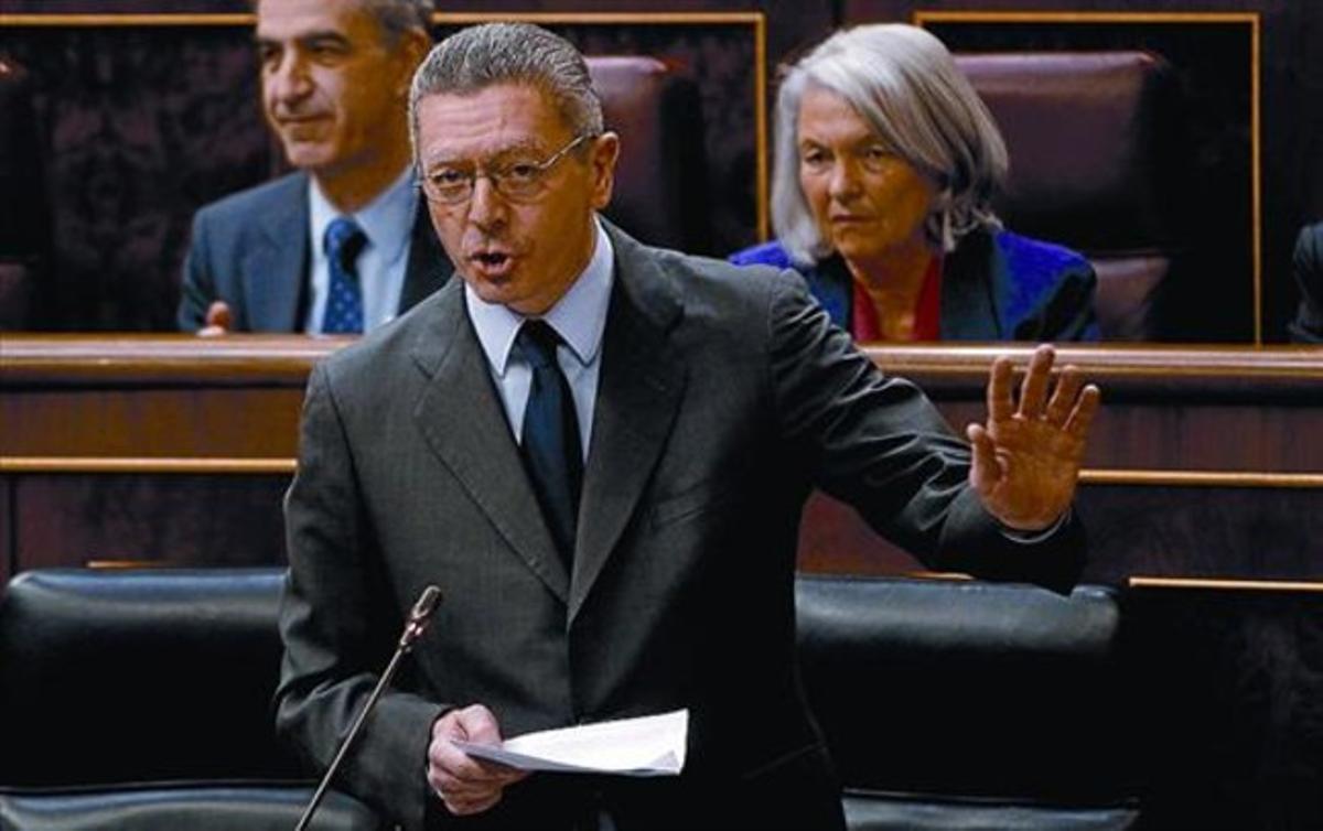 Alberto Ruiz-Gallardón replica a la diputada socialista Patricia Hernández, ayer en el Congreso.