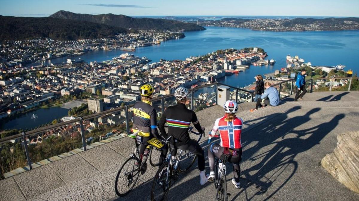 Tres ciclistas contemplan una panorámica de Bergen.