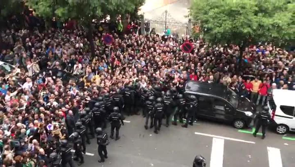 Càrrega policial a l'escola Ramon Llull.