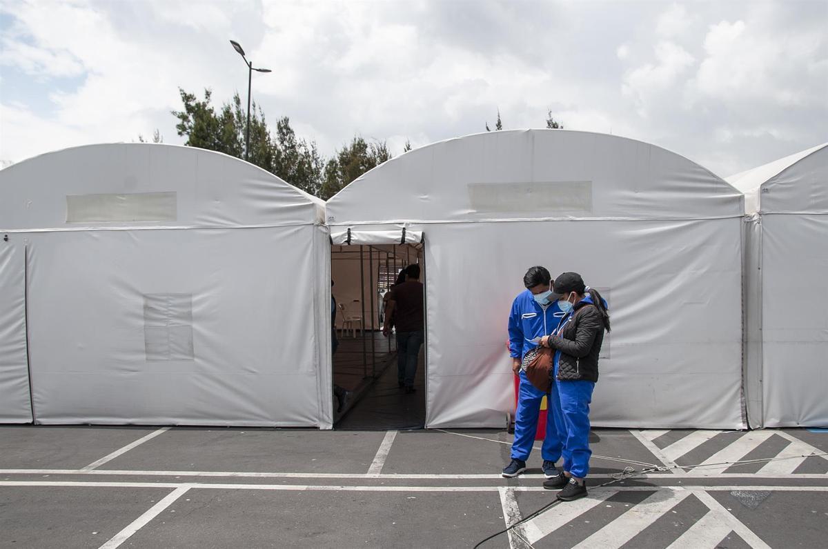 Dos pacientes esperan a realizarse la prueba PCR para detectar el coronavirus en Ecuador.