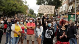 Miles de vecinos de Madrid protestan contra las restricciones de movilidad en sus barrios.