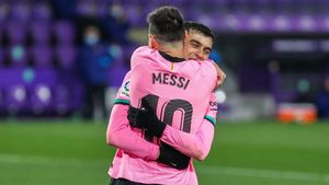 Lionel Messi abraza efusivamente a Pedri tras marcar el gol del 0-3 al Valladolid gracias a un pase de su compañero.