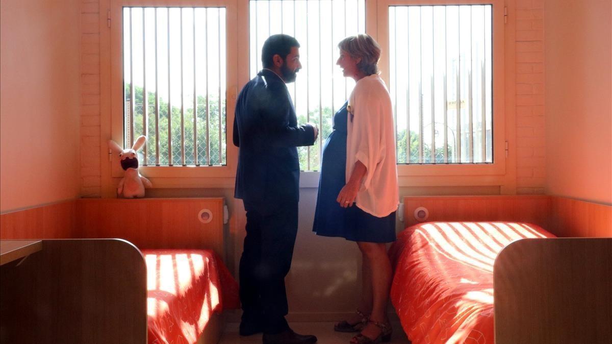 Los 'consellers' Homrani y Vergès, durante su visita al centro de salud mental.