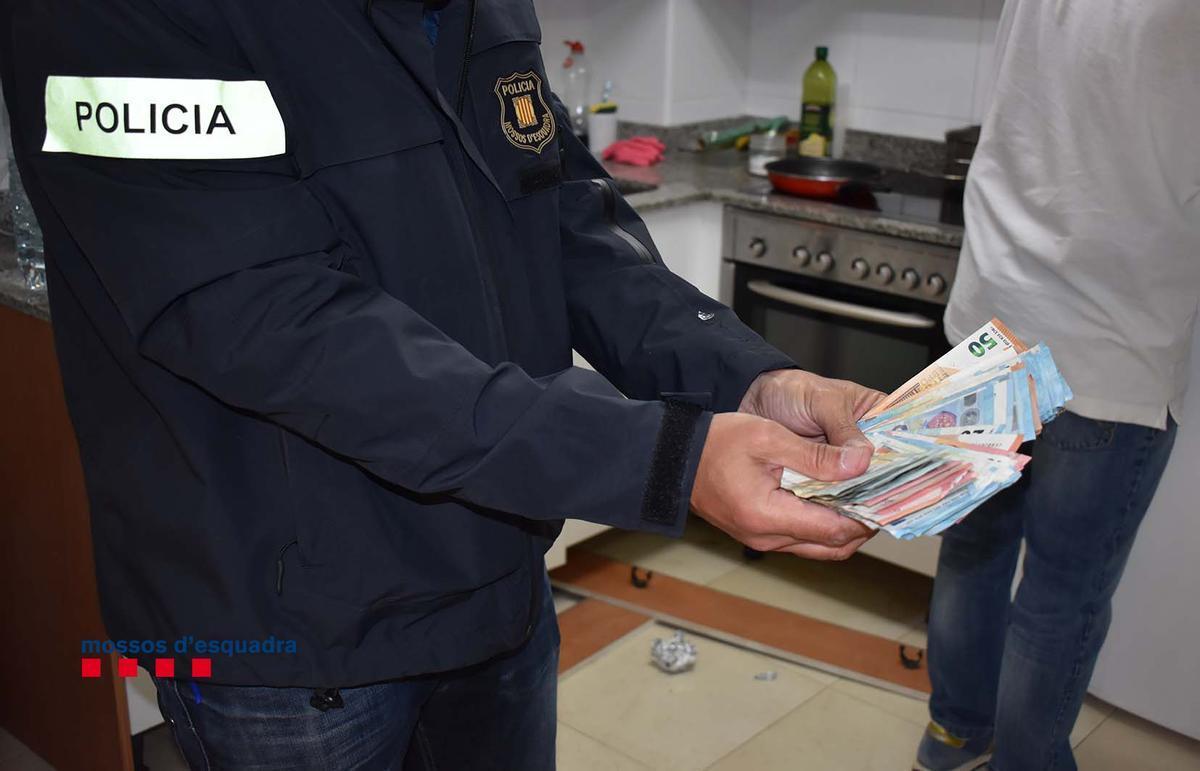 Detenidos dos ladrones que asaltaron una casa en la Ametlla de Mar y ataron a la dueña. En la foto, dinero encontrado en la vivienda de uno de los arrestados.
