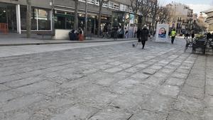 Aspecto del suelo actual de la plaza de Santa Anna de Mataró, que se encuentra en un estado deplorable.