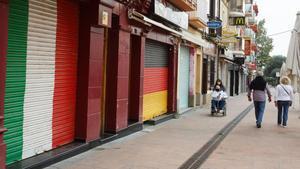 Locales cerrados en la Riera Capaspre de Calella, una de las zonas más turísticas del municipio