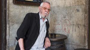 El dibujante Nazario Luque, el jueves en la plaza Reial, junto al bar Glaciar.