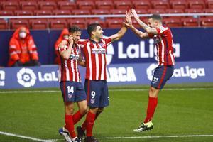 Luis Suárez (c) celebra con sus compañeros uno de los goles ante el Elche.