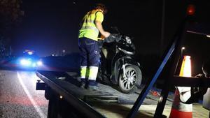 La moto en la que circulaba la víctima, que ha salvado la vida.