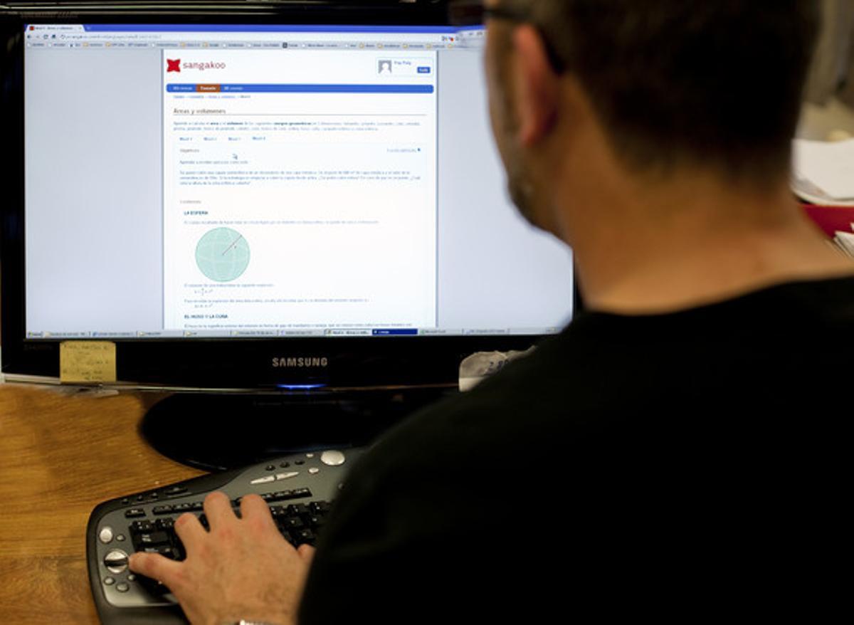 Un usuario de internet consultando una página web desde un ordenador