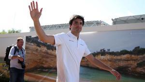 Carlos Sainz, a su llegada al circuito australiano de Melbourne.