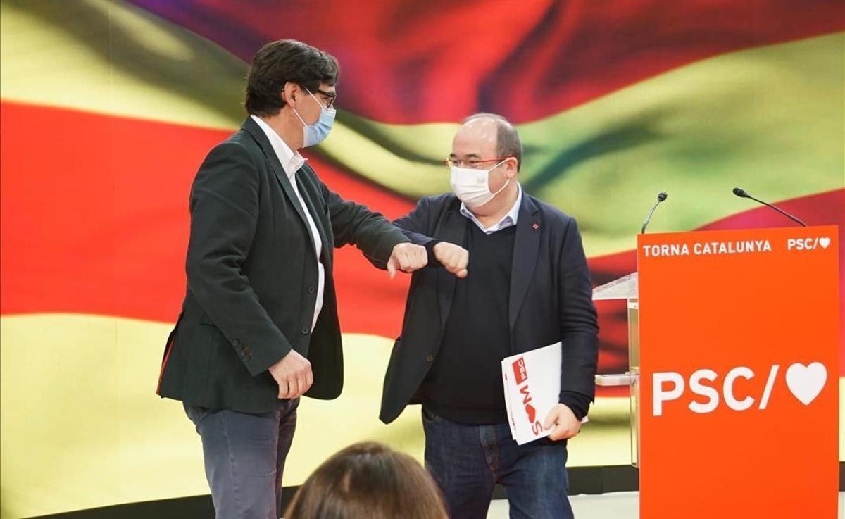 Salvador Illa y Miquel Iceta se saludan en un acto del PSC en Barcelona.