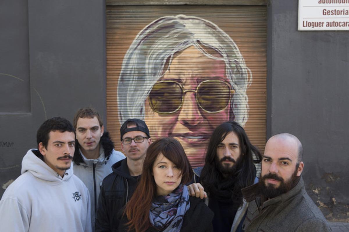 Membres del col·lectiuRebobinart, que han pintat les persianes del Poblenou: d'esquerra a dreta, els artistes Aram Rah, Bublegum, Sav45, Lux iJalón d'Aquiles i el creatiuMarc García.