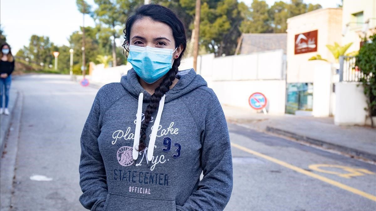 La enfermera chilena Nicole Illesca, ante la residencia de mayores en la que no puede trabajar pese a que el centro necesita profesionales.