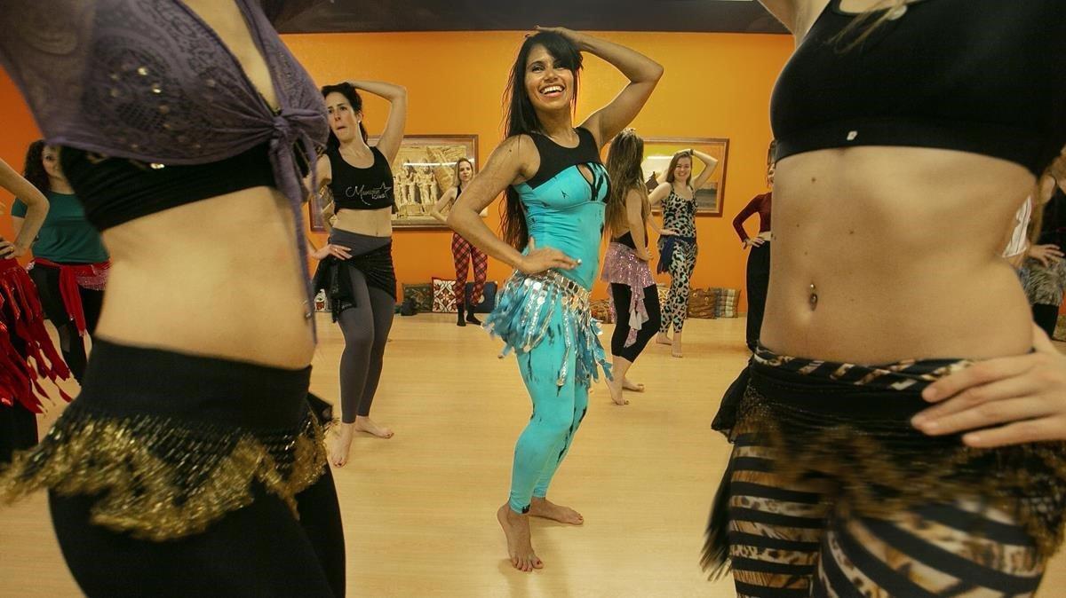 Munique Neith durante una de sus clases de danza del vientre.