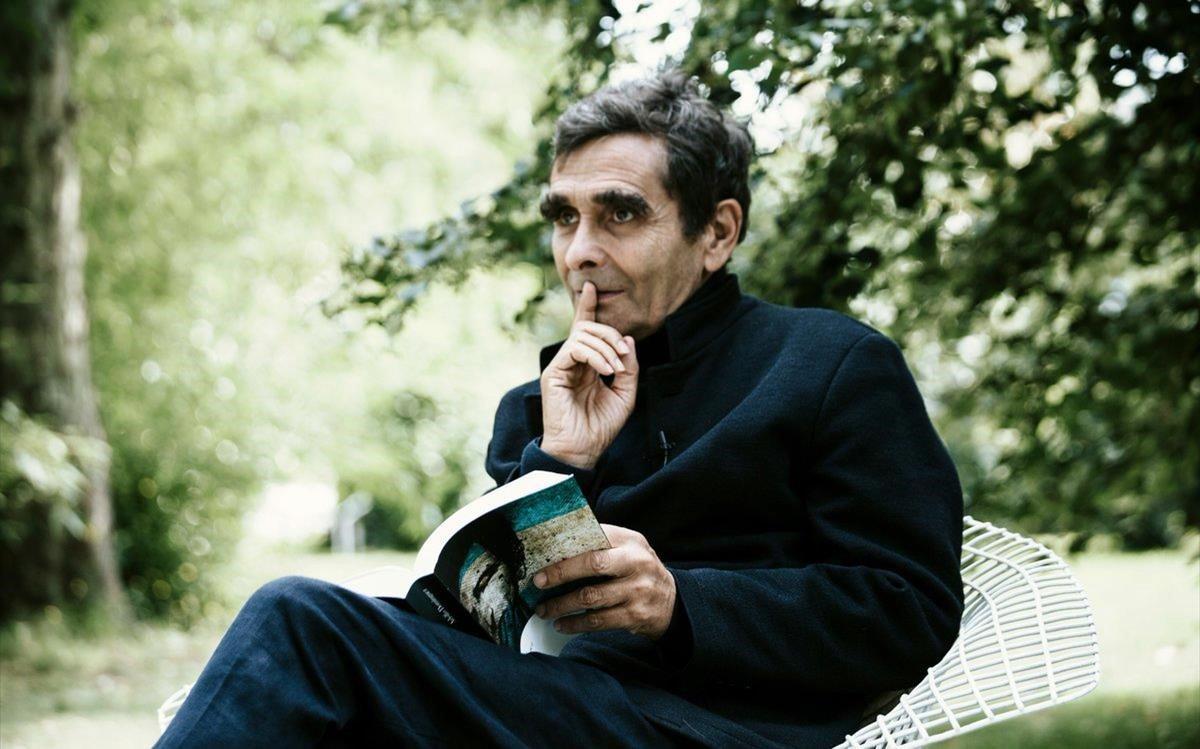 Adolfo Domínguez, con su libro 'Juan Griego'.