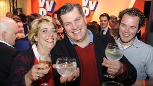 Miembros del equipo de Rutte celebran su victoria en las elecciones.
