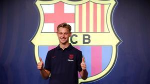 De Jong posa en la tienda del Camp Nou.