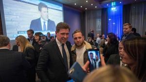El líder del Partido de la Independencia, Bjarni Benidiksson,celebra su victoria electoral en el Gran Hotel deReykjavik.