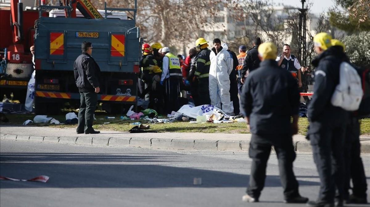 Soldados y médicos atienden a las víctimas del atropello mortal de Jerusalén.
