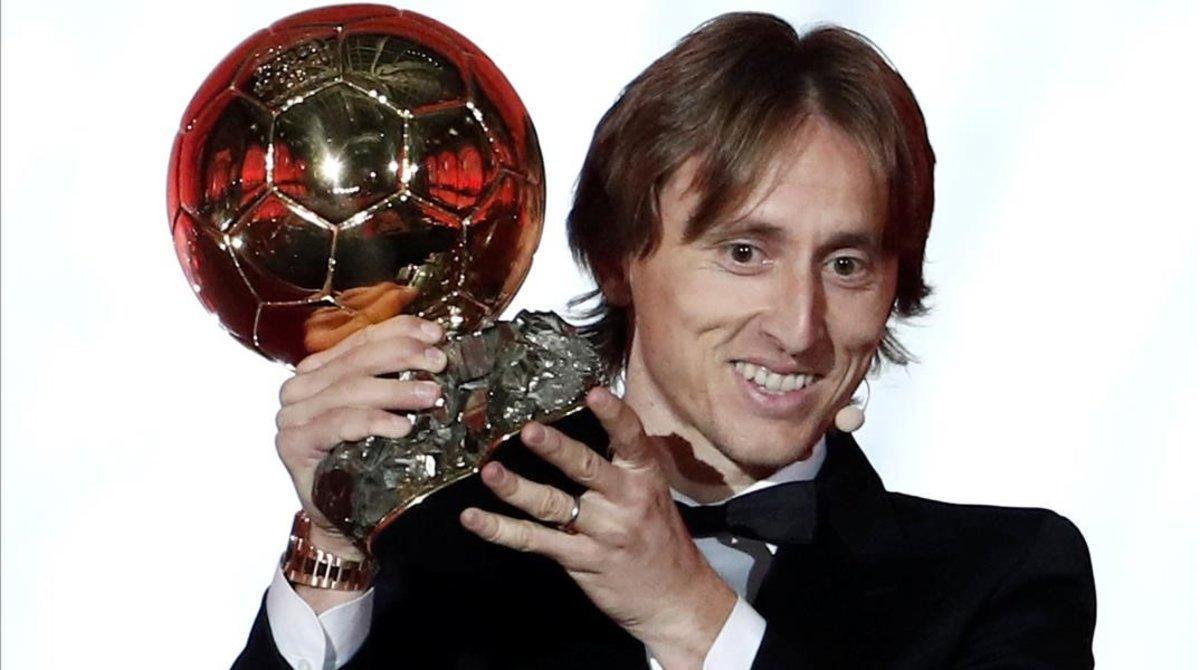 Luka Modric posa con el Balón de Oro 2018 recibido en París.