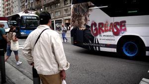 Anuncio de un musical en un autobús de Madrid, este viernes.