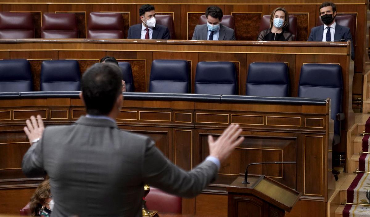 Pablo Casado atiende a Pedro Sánchez en el Congreso, en marzo pasado.
