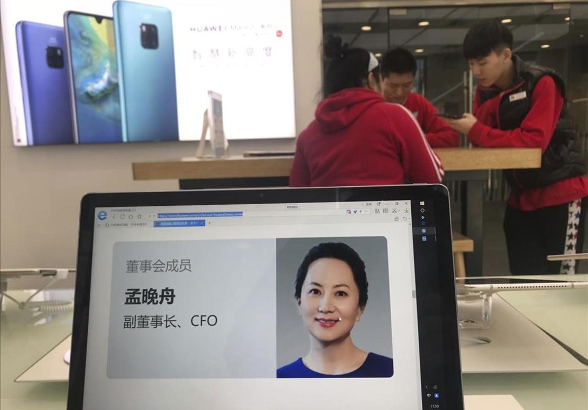 Una pantalla de un comercio de Pekín muestra el perfil de la directora financierade Huawei, Meng Wanzhou.