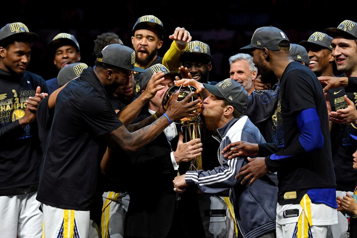Los Warriors celebran la victoria de su tercera final de la NBA.