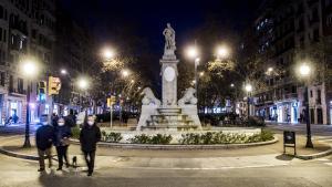 La fuente de Hèrcules, en el cruce de paseo de Sant Joan con la calle de Còrsega, este martes por la noche.
