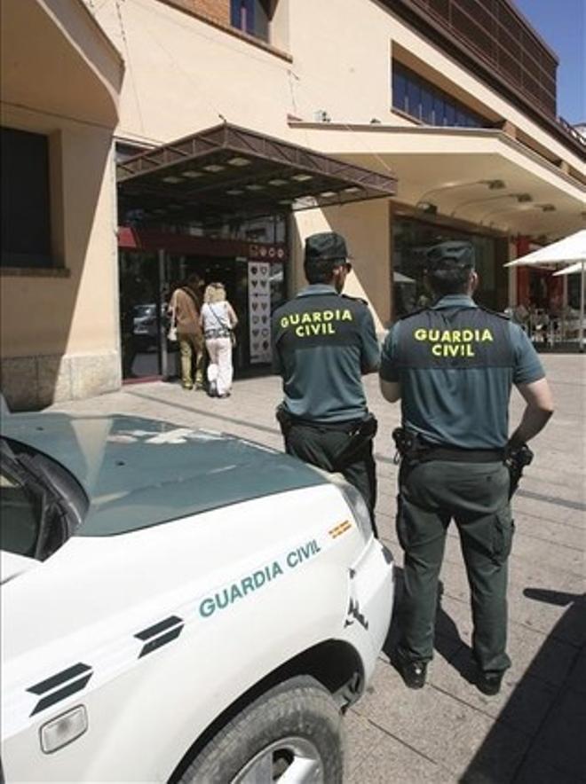 Agentes de la Guardia Civil, durante un registro en dependencias municipales de Reus.