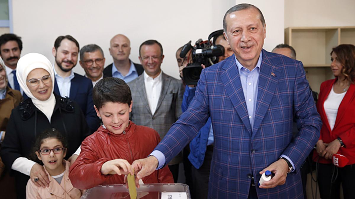 El presidente de Turquía, Recep Tayyip Erdogan, en su colegio electoral.