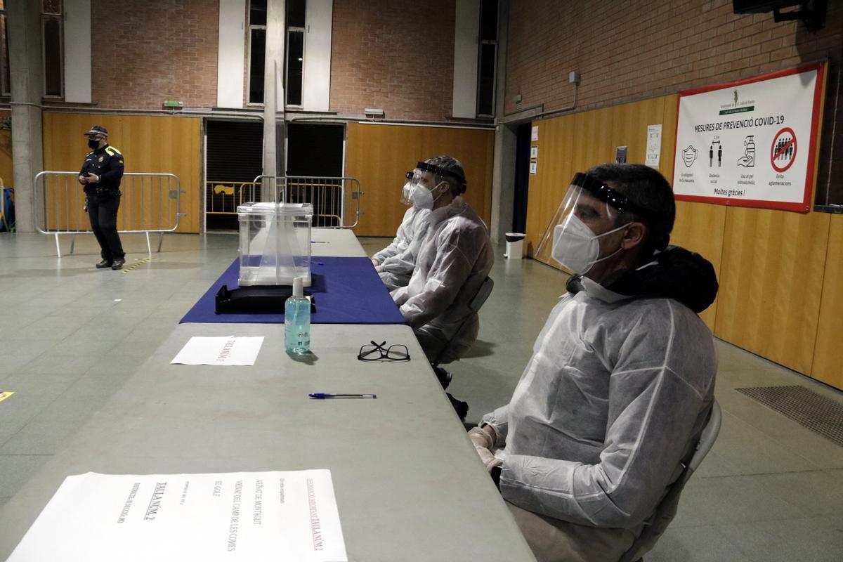 Simulacro de votación en un colegio electoral de Sant Julià de Ramis.