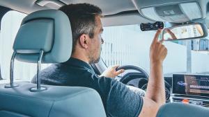 El seguro para coche Hello Auto incluye un copiloto inteligente con cámara incorporada.
